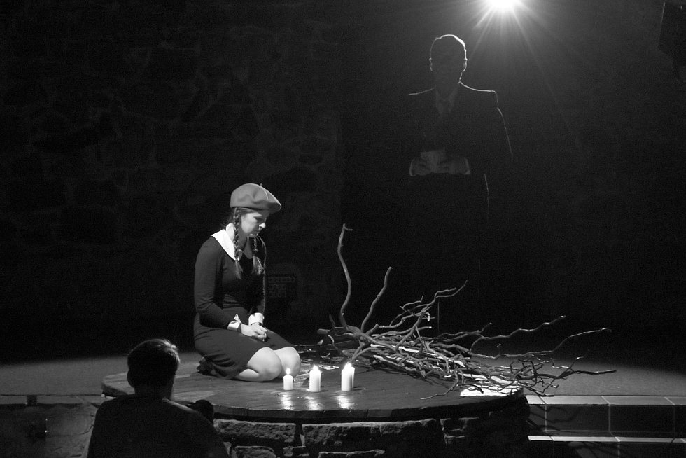 Natáčení divadelní hry Mlčení, v níž účinkují klienti a příznivci nízkoprahového centra Archa Vsetín ve valašskomeziříčském M-klubu.