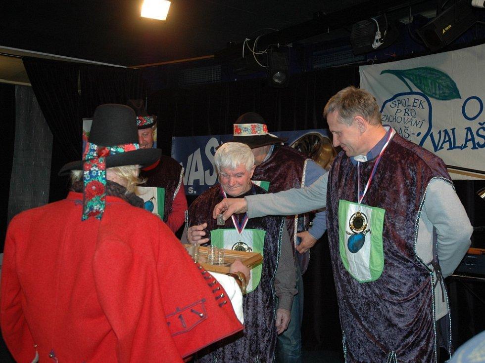 Vůně slivovice se v sobotu v podvečer (20. 2.) nesla vsetínským Domem kultury. Spolek pro zachování valašských tradic tady pořádal tradiční soutěž O nájlepší valašskú slivovicu.