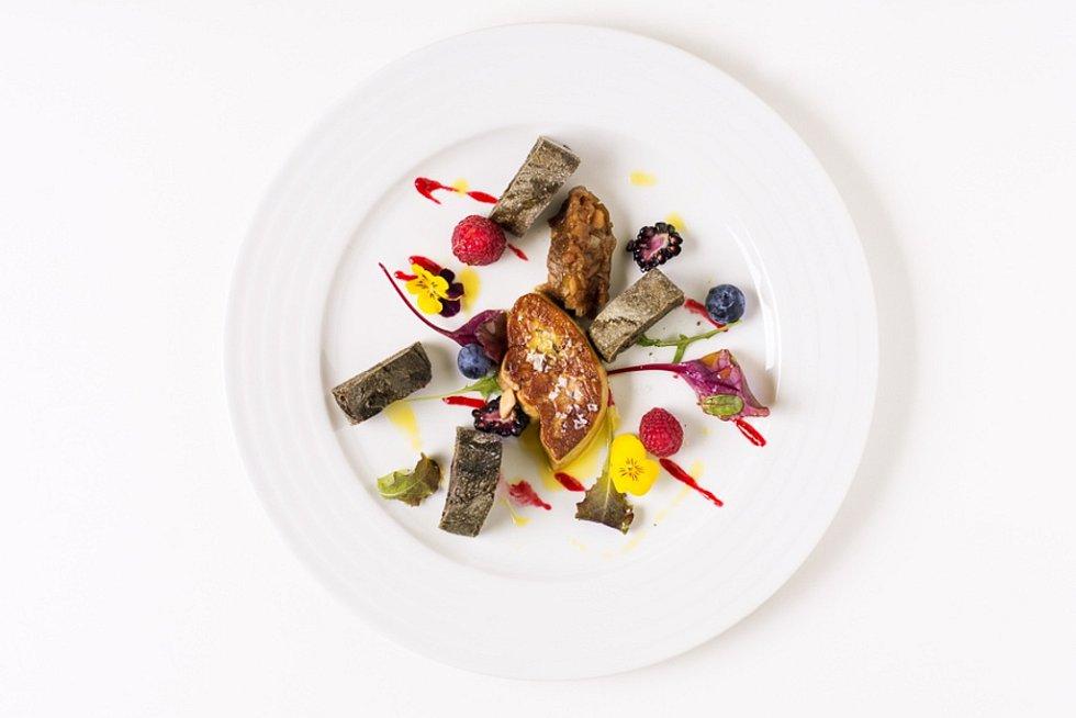 Foie gras s krajánky, šalotkou a lesním ovocem, tmavý chléb