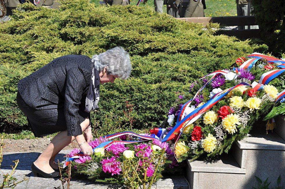 Poslankyně Parlamentu České republiky Alena Gajdůšková upravuje stuhy na smutečním věnci u památníku obětí Prlovské tragédie, kde se v sobotu 20. dubna 2019 konal pietní akt u příležitosti jejího 74. výročí.
