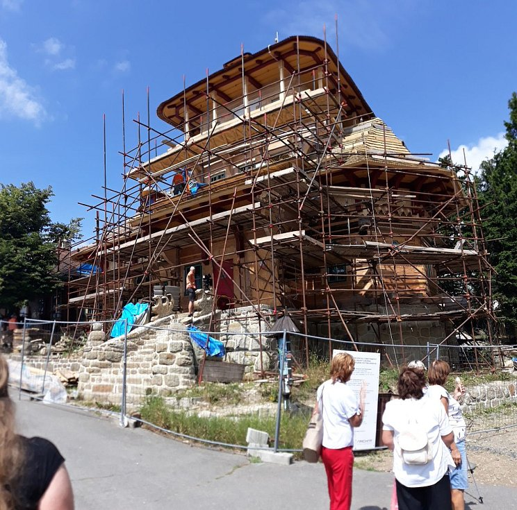 Stavba chaty Libušín na Pustevnách; srpen 2019