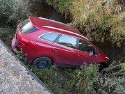 V korytě potoka v Ratiboři skončilo v sobotu 14. října 2017 auto šestačtyřicetiletého muže ze Vsetínska.