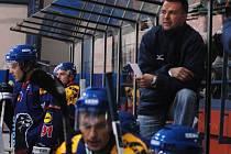 Druholigové hokejisty Valašského Meziříčí povede i v nové sezoně Roman Sedlák (nad hráči).