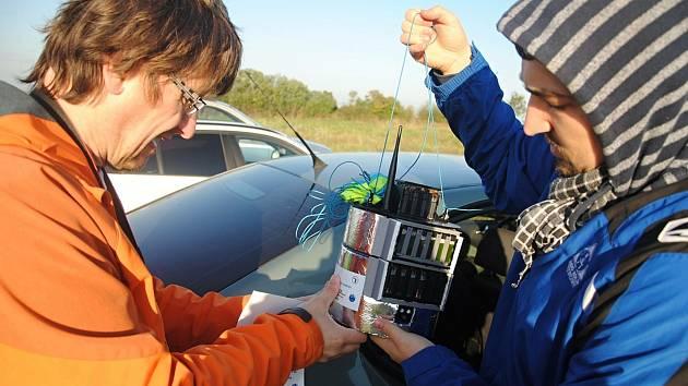 Vypouštění stratosférických balónů v Partizánskem (SK) - na snímku zleva Libor Lenža a Jan Zítka připravují modul ke startu; sobota 9. října 2021