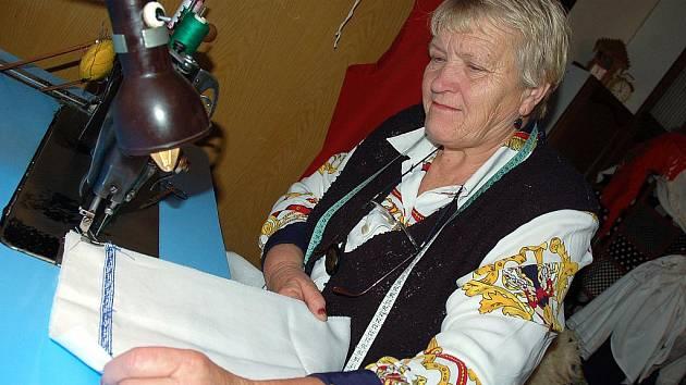 Marie Hrňová při kompletování košile