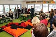 Studenti Kostka školy ve Vsetíně se už naplno věnují studiu v moderně vybavených učebnách ve zbrusu nové části školního komplexu, který v pátek 9. února 2018 slavnostně otevřel zakladatel školy Karel Kostka.