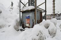 Obrovitá hromada navezeného sněhu vznikla nedaleko Státního okresního archivu ve Vsetíně. Obyvatelé se obávají zkratu v transformátoru
