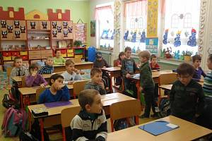 Předávání vysvědčení na Základní škole Záhumení v Rožnově pod Radhoštěm.
