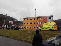 Záchranáři zasahují u požáru na Poschle, na místě jsou i čtyři sanitky