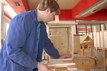 Budoucí tesař vyrábí hnízdní budku pro puštíky obecné.