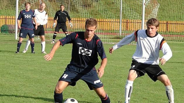 Fotbalisté Valašského Meziříčí (tmavé dresy) v prvním zápase proti nováčkovi z Nového Jičína nečekaně klopýtli a prohráli vlastní brankou Michálka 0:1.