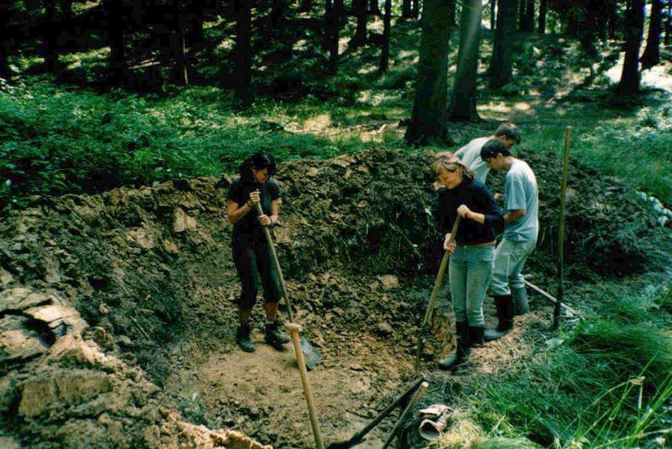 Hloubení jezírka u Čertových skal v Lidečku (asi rok 2005).