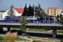 Zátěžový test mostu přes řeku Rožnovskou Bečvu na silnici I/57 procházející centrem Valašského Meziříčí; srpen 2019