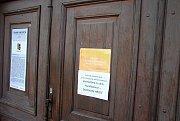 Oznámení na uzamčených dveřích do zámku Kinských ve Valašském Meziříčí informuje voliče, že kvůli rekonstrukci se zdejší volební místnost pro volby do Evropského parlamentu přesouvá na dopravní hřiště; pátek 24. května 2019