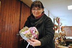 Pracovnice společnosti Městské lesy a zeleň ve Valašském Meziříčí Helena Pečenková vyrábí jarní a velikonoční dekorace a vazby.