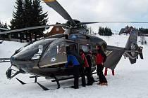 Zraněnou lyžařku transportoval vrtulník.