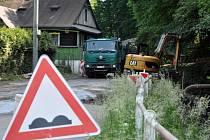 Průjezd Horní Jasenkou ve Vsetíně komplikuje oprava havarijního mostu.