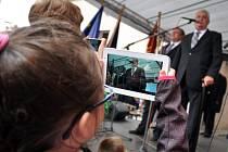 Prezident Miloš Zeman se setkal s obyvateli Valašského Meziříčí na prostranství u galerie Sýpka