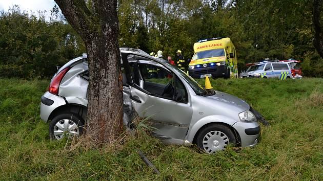 Šestačtyřicetiletá řidička vozu Citroen havarovala v úterý 2. října 2018 u Branek na Valašskomeziříčsku do stromu. Vážně se zranila.