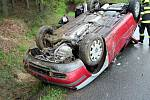 Záchranáři likvidují v pátek 3. května 2019 odpoledne následky dopravní nehody osobního vozu Volkswagen u Branek na Valašskomeziříčísku.