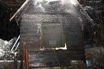 Rozsáhlý požár chatky v Rožnově pod Radhoštěm