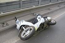 Středně těžké zranění dvaapadesátiletého řidiče skútru z Valašskomeziříčska si vyžádala v pátek odpoledne dopravní nehoda ve Valašském Meziříčí.
