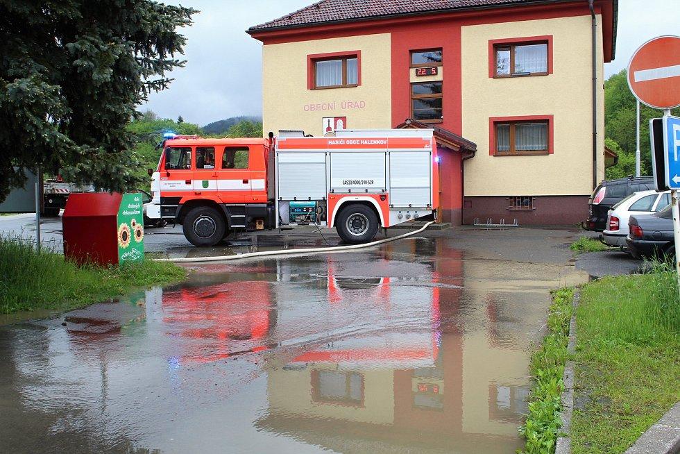 Velká voda potrápila hasiče 22. května 2019 v Huslenkách. Pod vodou byla část silnice, voda se rozlila do zahrad, zatopila sklepy obecního úřadu.