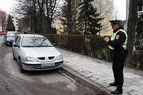 Majitelé automobilů v Rožnově pod Radhoštěm nerespektují upozornění na právě konanou jarní očistu města.