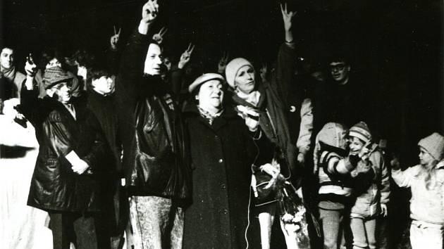 Revoluční nálada v listopadu 1989 ve Vsetíně. Na snímku Radek Brzobohatý a Eliška Balzerová.