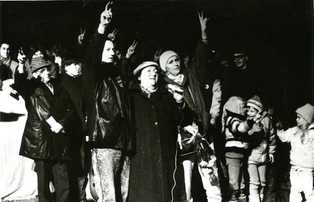 Revoluční nálada vlistopadu 1989ve Vsetíně. Na snímku Radek Brzobohatý a Eliška Balzerová.