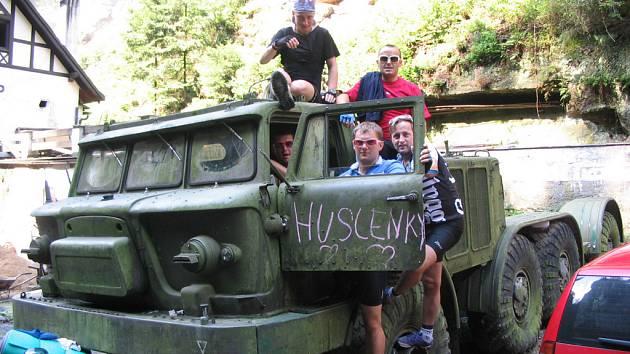 RADOST. Delegace z Huslenek si vyhlédla dvoumotorový tahač na Ukrajině. Rekonstrukce vozidla se ujme Lubomír Galetka