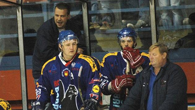 Trenér hokejistů Valašského Meziříčí Roman Sedlák (nahoře za hráči)