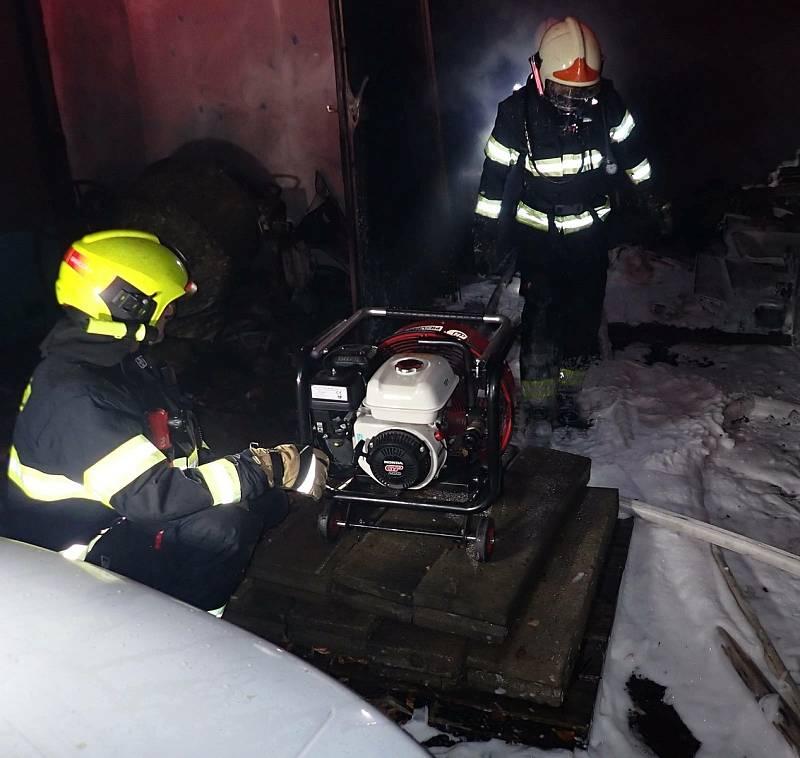 Hasiči likvidují požár v budově bývalého pneuservisu v Příční ulici ve Valašském Meziříčí; středa 13. října 2021