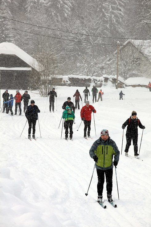 Zasněžené Velké Karlovice v lednu 2020. Běžkaři.