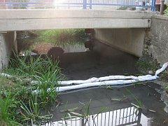 Nafta unikla do kanalizace ústící do potoka