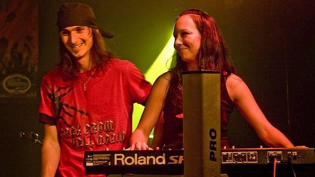Za dva roky fungování toho kapela Ascendancy stihla hodně. Na kontě má dvě CD, zahrála si po boku německé metalové ikony Equillibrium a nyní je předkapelou na turné legendárních Arakainů.