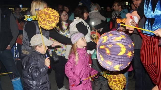 Stovky lidí se v pátek večer ve Vsetíně účastnily tradičního lampionového pochodu broučků