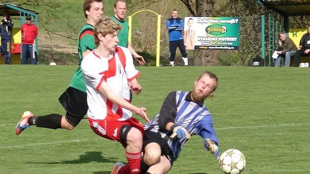 Fotbalisté Vidče (zelené dresy) doma těsně prohráli se Vsetínem 2:3.