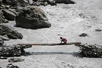 Ještě včera tady byl – oprava mostku přes dravou Bílou řeku