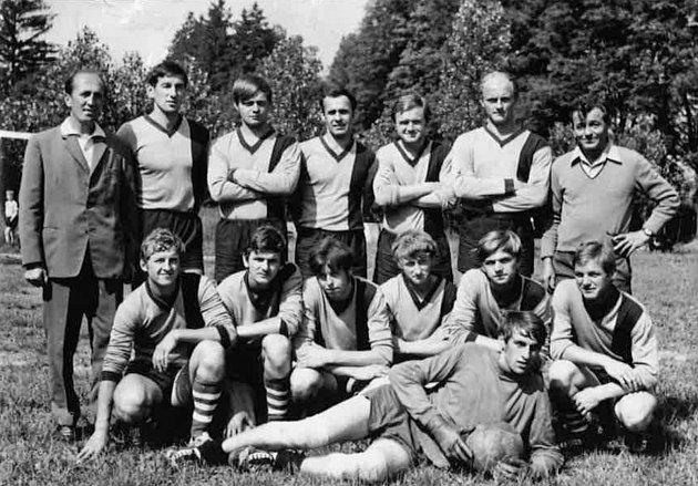 FOTBALISTÉ. Fotbalový oddíl TJ Sokol Růžďka - muži - v roce 1970. TJ Sokol Růžďka byl založen v roce 1963 Františkem Gavendou. Sokoli usilovali o vlastní fotbalové hřiště, protože ke sportování jim sloužil jen malý travnatý plácek nad budovou školy. Budov