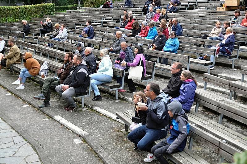 Lidé sledují program v amfiteátru v parku ve Valašském Meziříčí na prvním ročníku Envirofestu Bečva; neděle 19. září 2021
