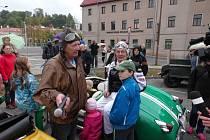Sobota 23. května patřila hodinu před polednem účastníkům 21. ročníku přehlídky veteránů nazvané Veteráni Valašskem. Akce je pořádána jako součást Jubilejní orientační jízdy historických vozidel.