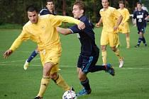 Fotbalisté Velkých Karlovic+Karolinky (žluté dresy) doma remízhovali s Lískovcem 2:2.