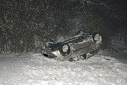 Devatenáctiletý řidič dostal smyk a po kotrmelcích skončil na střeše desítky metrů od silnice.