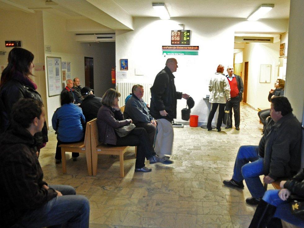 Lidé čekají před kancelářemi oddělení řidičských průkazů na městském úřadě ve Vsetíně.
