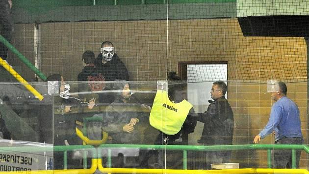Zápas Vsetín – Havířov musel být ve 42. minutě přerušen kvůli potyčkám v hledišti, vhozeným dýmovnicícm a světlicím naled. Dohru bude mít utkání u zeleného stolu.