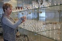 Designérka Alena Holišová se sklenicí Angela ve vzorkovně sklárny v Karolince