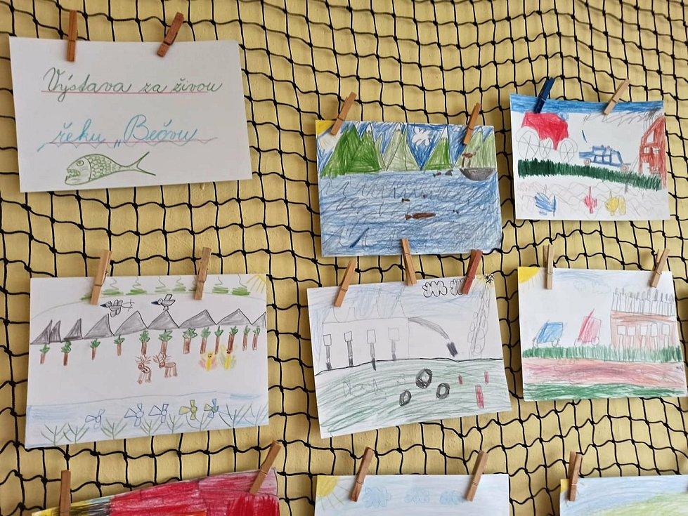 Děti ze školní družiny Základní školy Záhumení v Rožnově pod Radhoštěm bojují za čistou řeku Bečvu. Namalovaly obrázky, kde je řeka čistá a se spoustou ryb i znečištěná jedy z velké továrny.
