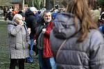 Návštěvníci Vánočního jarmarku ve Valašském muzeu v přírodě v Rožnově pod Radhoštěm se zahřívají kelímkem horkého nápoje; sobota 14. prosince 2019