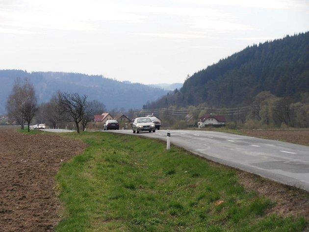 Na nebezpečný úsek mezi Hovězím a Janovou řidiči nadávají.